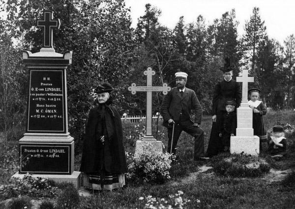 Lindahls vid gravstenen